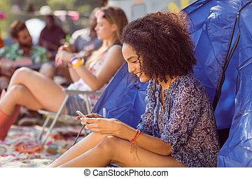 despreocupado, hipster, transmitir, mensaje de texto