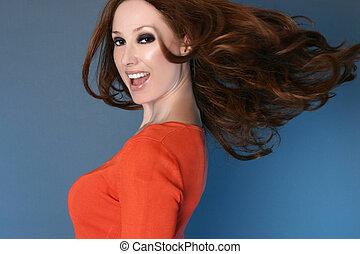 despreocupado, mujer, con, pelo largo, en el movimiento