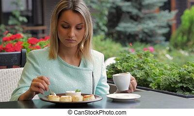 dessert, femme mange
