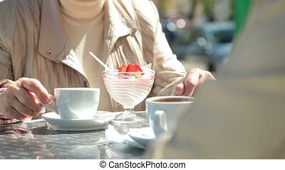dessert, femmes, apprécier, personne agee