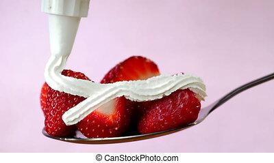 dessert, fouetter, crème, cuillère, fraise