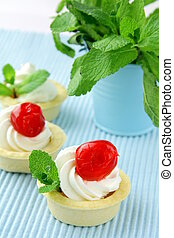 dessert tartlets with cream
