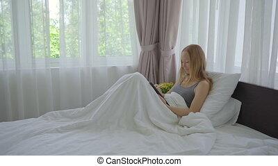 dessin, bed., elle, indépendant, remotely, concept., concept, travail, femme, jeune, fonctionnement, quelque chose, pose, tablette, stilus