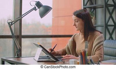 dessine, professionnel, fenetres, concepteur, style., grenier, moderne, bureau, énorme, graphique, créateur, tablette, stylus, séance
