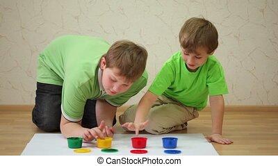 dessiner, couleur, peintures, deux garçons, papier, feuilles