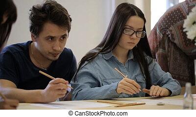 dessiner, femme, courses., jeune, concentré, apprendre, lunettes, dessin, homme