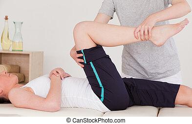destra, gamba, atletico, massaggiatrice, stiramento, donna