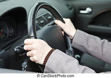 destra, mani, posizione, su, volante, durante, guidando macchina