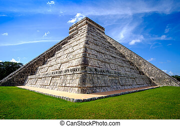 Detail view of famous Mayan pyramid in Chichen Itza - Detail...