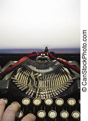 Detail von antiker alter Reiseschreibmaschine - detail from...