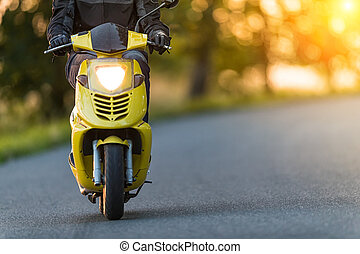 detail, von, vorderes rad, von, motorroller, motorrad, auf, leerer , straße, mit, sonnenuntergangshimmel