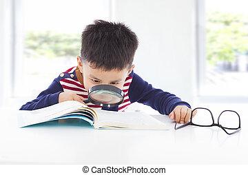 detective, niño, poco, buscando, libros, indicios