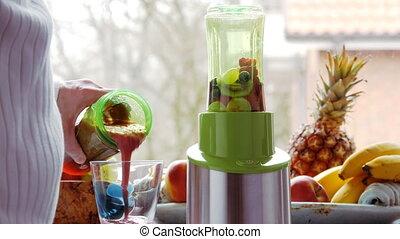 detox:, gieten, vers, gemengde, smoothie, in, glas