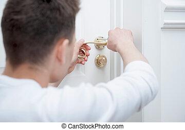deur, repareren, handvat, jonge man