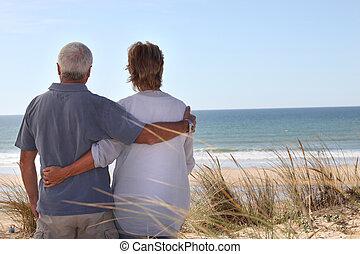 deux âges, couple, regarder dehors mer