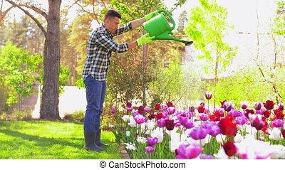 deux âges, jardin, arroser fleurs, homme