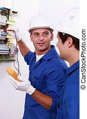 deux, électriciens, essai, boîteà fusibles