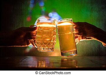 deux amis, grillage, (clinking), à, lunettes, lumière, bière, à, les, pub., beau, fond, à, vue brouillée, de, jouant jeu, à, les, stadium.