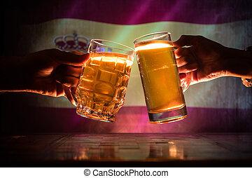 deux amis, grillage, (clinking), à, lunettes, lumière, bière, à, les, pub., beau, fond, à, vue brouillée, de, drapeau, de, spain., soutien, ton, pays, à, bière, concept.