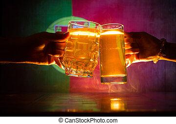 deux amis, grillage, (clinking), à, lunettes, lumière, bière, à, les, pub., beau, fond, à, vue brouillée, de, drapeau, de, portugal., soutien, ton, pays, à, bière, concept.