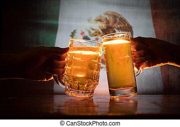 deux amis, grillage, (clinking), à, lunettes, lumière, bière, à, les, pub., beau, fond, à, vue brouillée, de, drapeau, de, mexico., soutien, ton, pays, à, bière, concept.