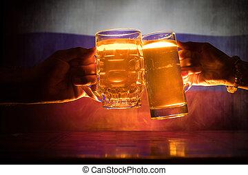 deux amis, grillage, (clinking), à, lunettes, lumière, bière, à, les, pub., beau, fond, à, vue brouillée, de, drapeau, de, russia., soutien, ton, pays, à, bière, concept.