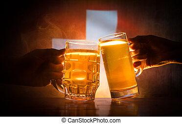 deux amis, grillage, (clinking), à, lunettes, lumière, bière, à, les, pub., beau, fond, à, vue brouillée, de, drapeau, de, switzerland., soutien, ton, pays, à, bière, concept.
