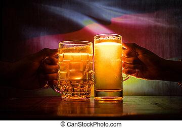 deux amis, grillage, (clinking), à, lunettes, lumière, bière, à, les, pub., beau, fond, à, vue brouillée, de, drapeau, de, germany., soutien, ton, pays, à, bière, concept.