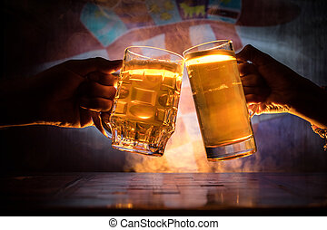 deux amis, grillage, (clinking), à, lunettes, lumière, bière, à, les, pub., beau, fond, à, vue brouillée, de, drapeau, de, croatia., soutien, ton, pays, à, bière, concept.