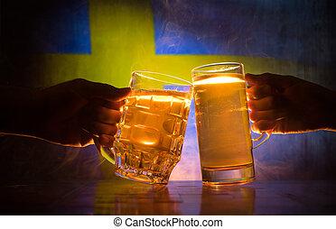 deux amis, grillage, (clinking), à, lunettes, lumière, bière, à, les, pub., beau, fond, à, vue brouillée, de, drapeau, de, sweden., soutien, ton, pays, à, bière, concept.