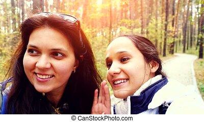 deux, beau, amis, à, téléphone portable, appareil photo, prenant photos, selfie, dans, automne, automne, park., 3840x2160