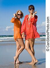 deux, belles femmes, audition, coquilles, sur, plage