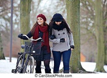 deux, belles femmes, sur, a, frais, jour, à, les, parc