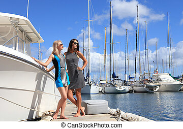 deux, belles femmes, sur, yacht, port, fond
