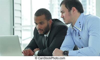 deux, bureau, hommes affaires