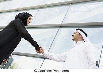 deux, businesspeople, dehors, par, bâtiment, serrer main