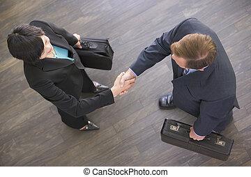 deux, businesspeople, intérieur, serrer main