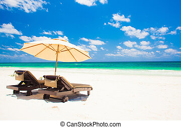 deux, chaises plage, et, parapluie, sur, sable, plage., fetes