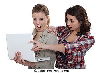 deux, choqué, filles, regarder, ordinateur portable