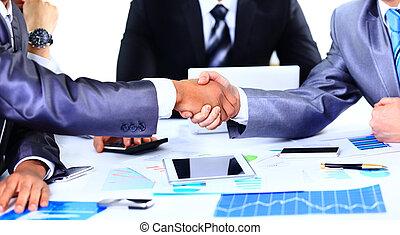 deux, collègues affaires, serrer main, pendant, réunion