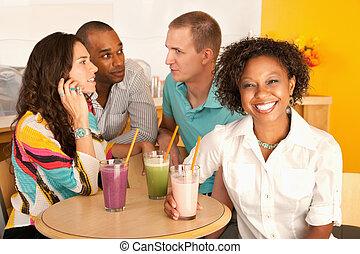 deux couples, dîner dehors