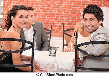 deux couples, dîner dehors, dans, a, restaurant