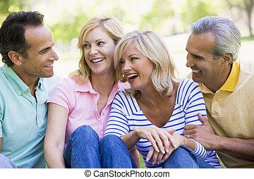 deux couples, dehors, sourire