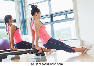 deux, crise, femmes, exécuter, aérobic étape, exercice,...