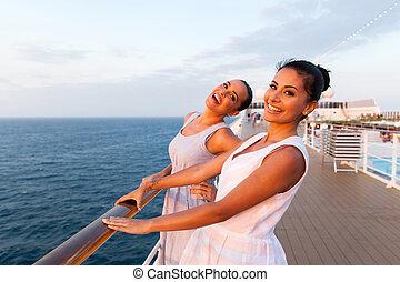 deux, croisière, amusement, bateau, avoir, femmes
