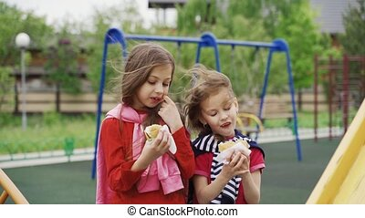 deux enfants, été, venteux, manger, day., extérieur, ...
