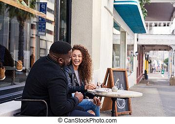 deux, ensemble, conversation, sourire, café, amis, trottoir