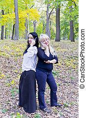 deux, européen, parler femmes, par, cellulaire, dans parc