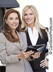 deux, femmes affaires, à, tablette, informatique