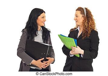 deux, femmes affaires, avoir, conversation